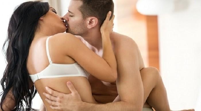 Vừa hôn vừa vuốt ve sống lưng khiến nàng thích mê
