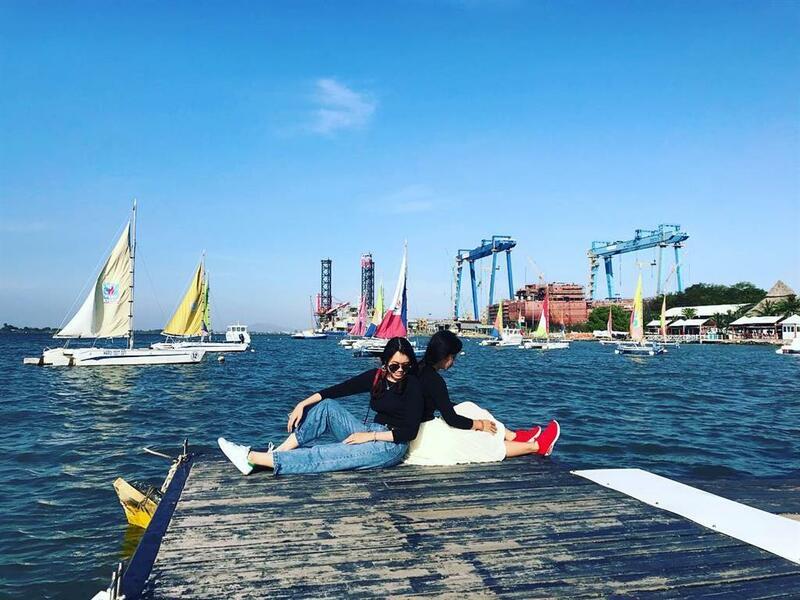 Chụp ảnh tại bến thuyền Marina